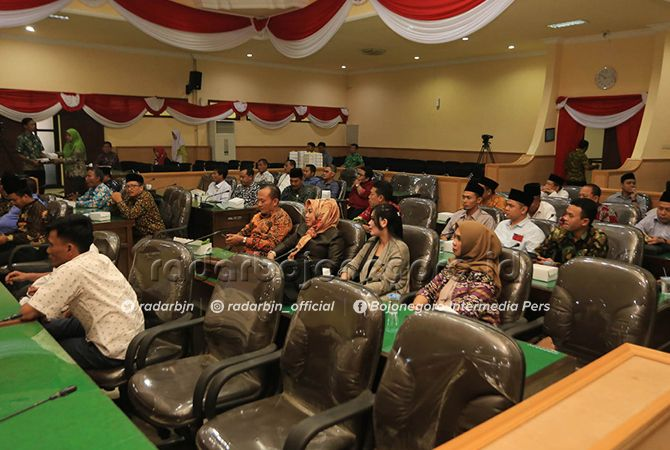 MULAI TERSUSUN: Anggota DPRD ketika mengikuti paripurna penetapan fraksi kemarin.
