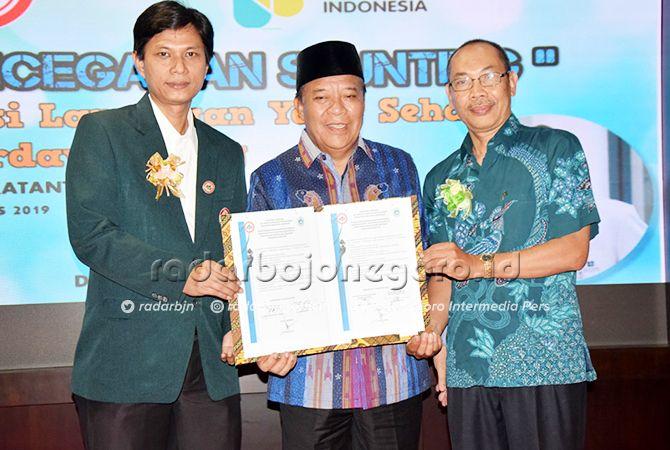 BERKOMITMEN: Ketua IDI, dr. Denny Viyanto (kiri) dan Kadinkes, dr. Taufik Hidayat (kanan) bersama Bupati Fadeli menunjukkan pernyataan komitmen bersama tuntaskan Stunting.
