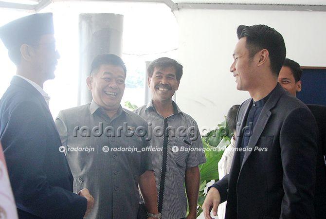 MENUNGGU MOMEN: Ketua DPD Partai Golkar Tuban Aditya Halindra Faridzky (kanan) berbincang dengan Ketua DPC Partai Demokrat Tuban Muhammad Anwar dan Ketua DPD Partai NasDem Tuban Sumantri.