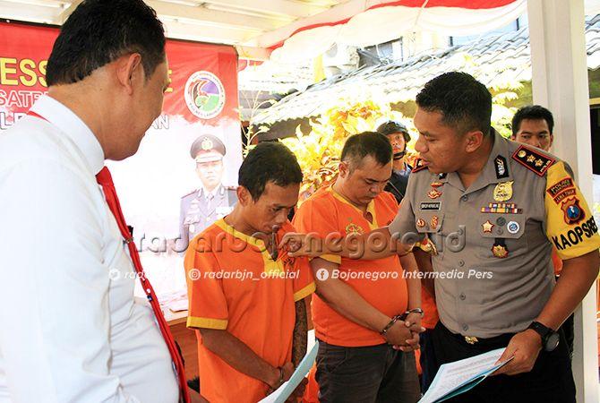 LIHAT TATO TERSANGKA: Kapolres Lamongan, AKBP Feby DP Hutagalung, mengecek tersangka kasus narkoba yang tertangkap sejak 22 Agustus lalu.