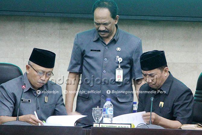 CALON PIMPINAN DEWAN: Ketua (sementara) DPRD Tuban M. Miyadi usai memimpin rapat paripurna didampingi wakil ketua sementara Hartomo dan Sekretaris DPRD Tuban Supriyanto kemarin (9/9).