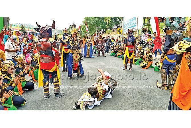 UNJUK KEBOLEHAN: Aksi teatrikal siswa SMAN 1 Grabagan dalam kegiatan Pawai Budaya.