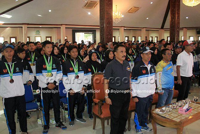SONGSONG KEJUARAAN LAIN: Ratusan atlet dan pengurus cabor yang terlibat dalam even Porprov 2019 menghadiri acara pembubaran kontingen Porprov Lamongan.