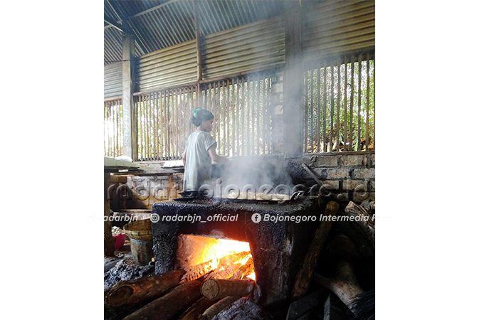 GIAT: Proses produksi tahu di Desa Ledok Kulon, Kecamatan Bojonegoro masih menggunakan peralatan manual.