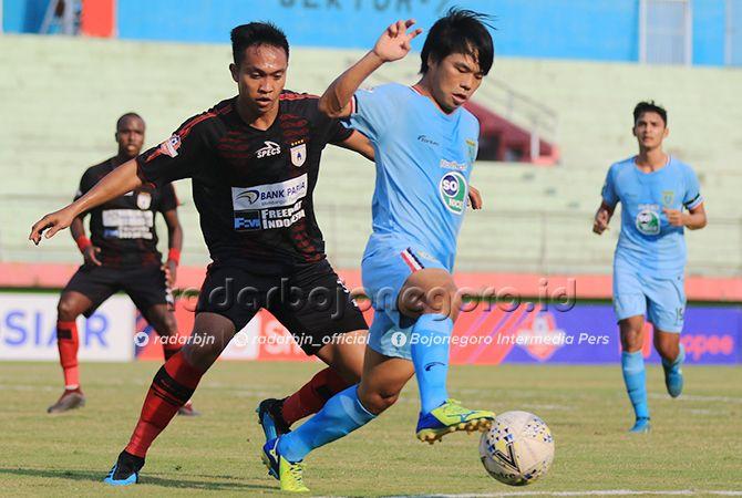 BEKERJA KERAS:  Kei Hirose dikawal ketat pemain Persipura Jayapura. Namun pemain Persela asal Jepang itu tetap bisa bermain spartan. Tapi sayang timnya tetap kalah.