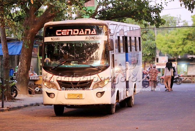 BUS KECIL: Bus jurusan Bojonegoro-Ngawi mangkal di Terminal Rajekwesi. Ada usulan diganti bus besar.