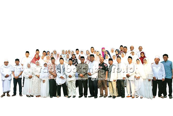 DEMI PENDIDIKAN TUBAN: Bupati Tuban Fathul Huda, Kepala SMAN 1 Tuban H. Mukti M.Pd, pengurus komite, bersama jajaran wakasek serta dewan guru dan tenaga administrasi. SMAN 1 Tuban yang berkomitmen melahirkan gener
