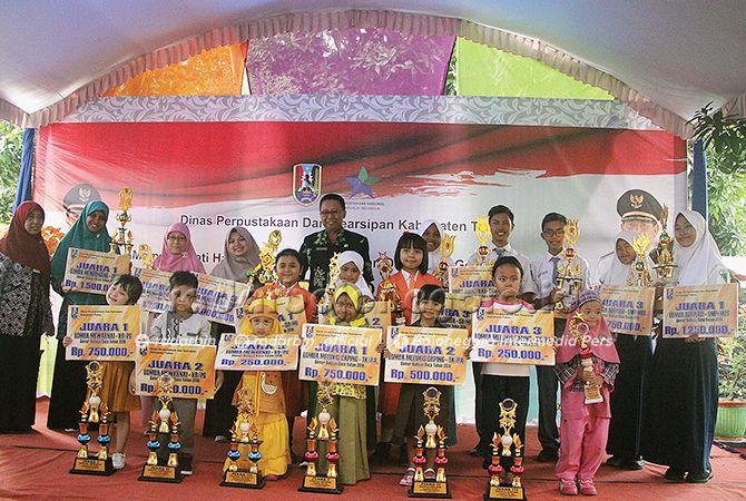 SELAMAT: Kepala Dispersip Tuban Joko Prijono bersama para pemenang lomba gemar membaca.