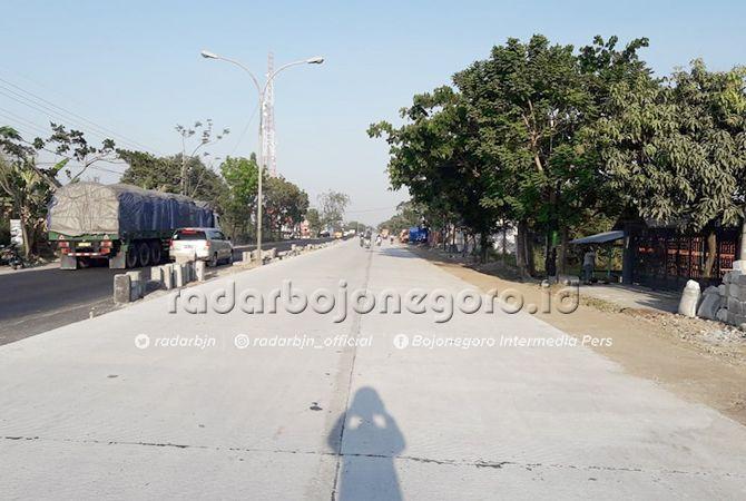 HARI INI DIBUKA: Jalan yang sudah diaspal pada titik sambungan pengecoran di Desa Moropelang hingga Desa Bulutrate, Kecamatan Babat sepanjang 4,3 kilometer hari ini dibuka untuk semua kendaraan.