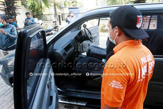 IDENTIFIKASI: Tim Inafis Satreskrim Polres Tuban saat olah tempat kejadian perkara di mobil Dinsos P3A Tuban kemarin (23/9).