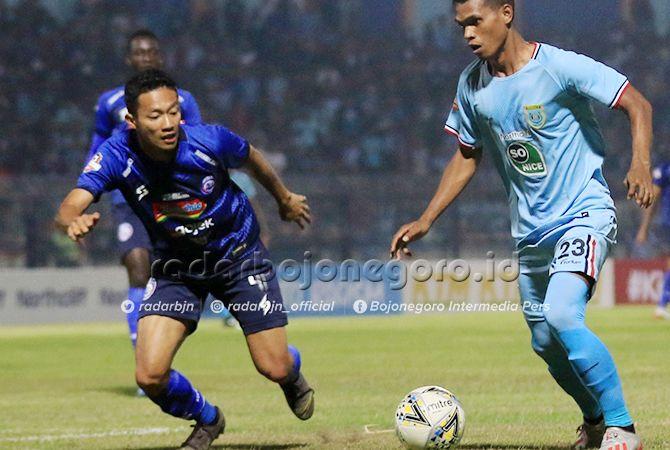 MULAI NYETEL: Gelandang Anyar Persela, Izmi Jaman Hutawe bermain cukup vagus saat melawan Arena FC.
