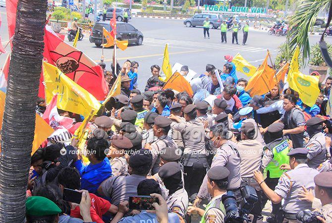 TEGANG: Para pengunjuk rasa terlibat saling dorong dengan aparat keamanan saat hendak menerobos gerbang kantor DPRD Tuban kemarin (24/9).