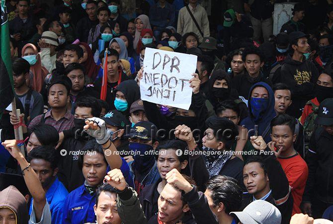 SAMPAIKAN ASPIRASI: Aktivis mahasiswa yang mendatangi gedung DPRD Lamongan kemarin.