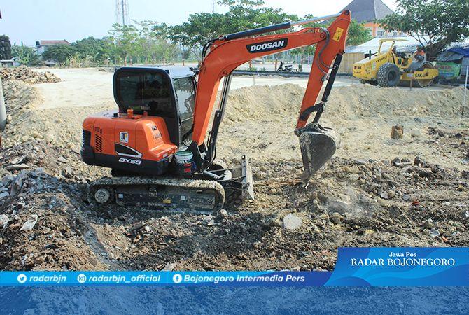 DIKERJAKAN: Pengerukan dengan alat berat untuk meratakan lahan sebelum pembuatan Taman Sumur Gemuling di Jalan Wahidin Sudirohusodo.
