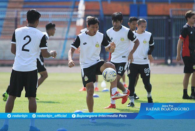 INGIN CURI POIN: Pemain Bhayangkara FC saat uji lapangan Stadion Surajaya Lamongan kemarin (27/9).
