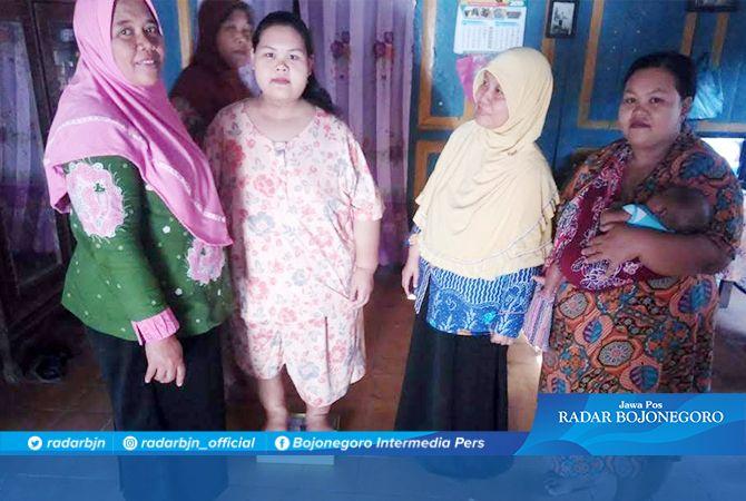 BULAN INI DITARGET BB TURUN LAGI: Selvia Dwi Susanti yang kini memiliki berat badan 104 kg. Diharapkan dia bisa menurunkan berat badan menjadi 100 kg bulan ini dengan program dari dokter puskesmas.