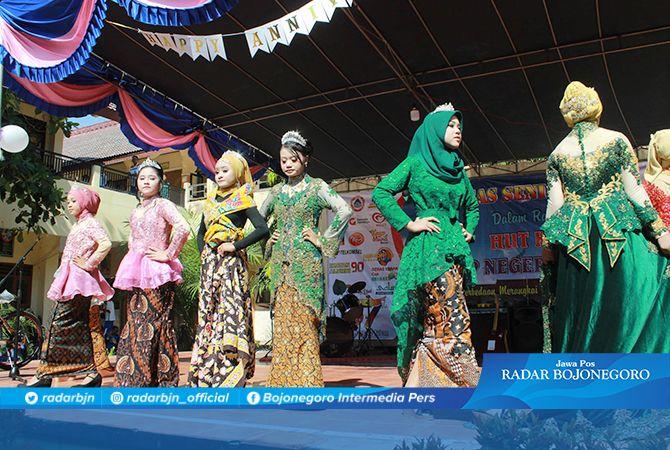 CANTIK: Pelajar SMPN 3 Tuban yang menjadi model cilik tampil di atas panggung peringatan ulang tahun sekolah, kemarin (5/10).