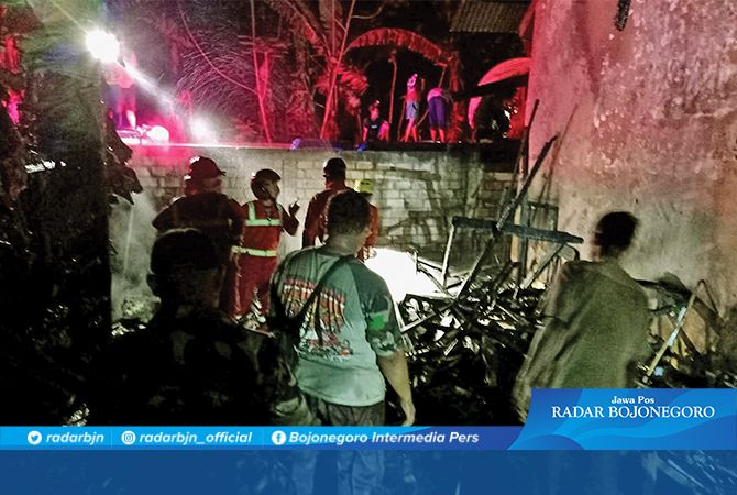 EVAKUASI: Petugas BPBD Tuban saat memadamkan api yang menghanguskan kantin SDN Semanding I.