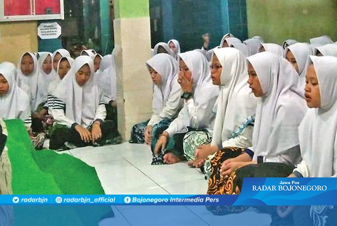 KHIDMAT: Para santri, alumni, dan masyarakat umum mengikuti istighotsah dan doa bersama di Pondok Pesantren Mansyaul Huda 02 Desa Jatisari Kecamatan Senori.
