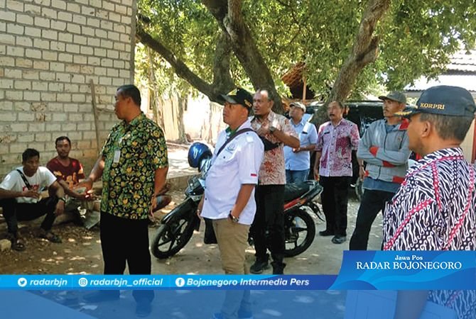 PANTAU HASIL PEMBANGUNAN: Kepala Dinas PRKP Drs. Sudarmaji, MM. bersama jaksa TP4D memantau hasil pembangunan yang didampingi TP4D.