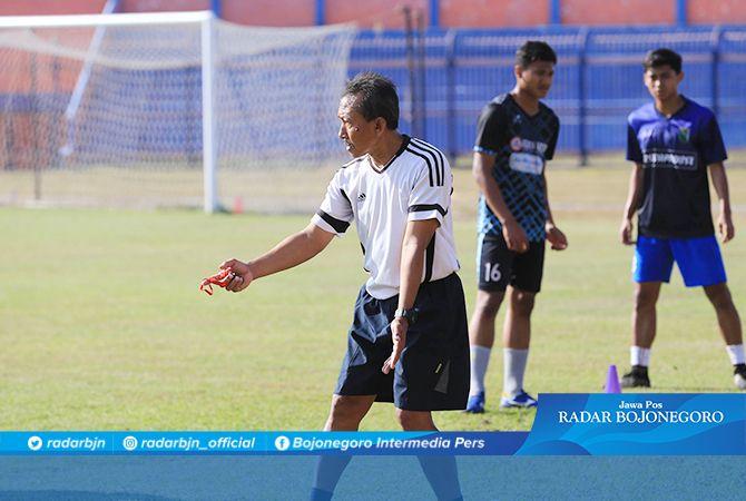 MOVE ON: Pelatih Persibo, M. Nadhief menyemangati pemainnya agar bangkit kembali paska kalah dari Nganjuk Ladang FC, Sabtu (5/10).
