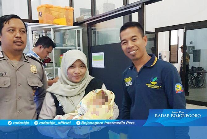 BANYAK YANG INGIN MENGADOPSI: Bayi perempuan yang ditemukan warga di gubuk masuk Desa/Kecamatan Paciran kemarin.