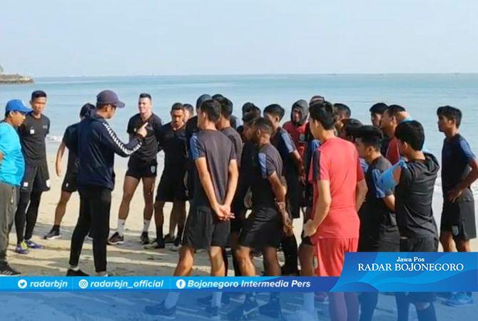 LATIHAN DI PANTAI: Head Coach Persela, Nil Maizar memimpin langsung skuad Laskar Joko Tingkir latihan di Pantai Delegan Gresik.