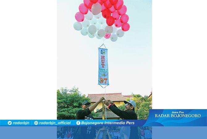 PEMBUKAAN ACARA: Kepala SMPN 3 Tuban Drs. Mat Sa'roni dan Ketua Komite dr. Didik Suharsoyo melepas balon sebagai simbol menerbangkan cita-cita anak didik.
