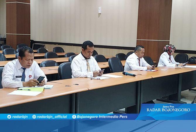 TES: Dari kiri Hanafi, Adie Witjaksono, Andik Sudjarwo, dan Nurul Azizah saat menjalani tes wawancara dan presentasi makalah kemarin (11/10).