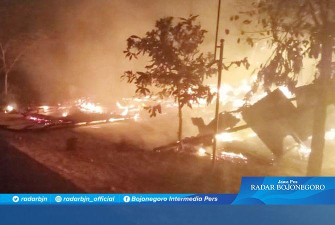 API MEMBESAR: Kebakaran yang menghanguskan sebuah rumah dan warung di Desa Lopang.