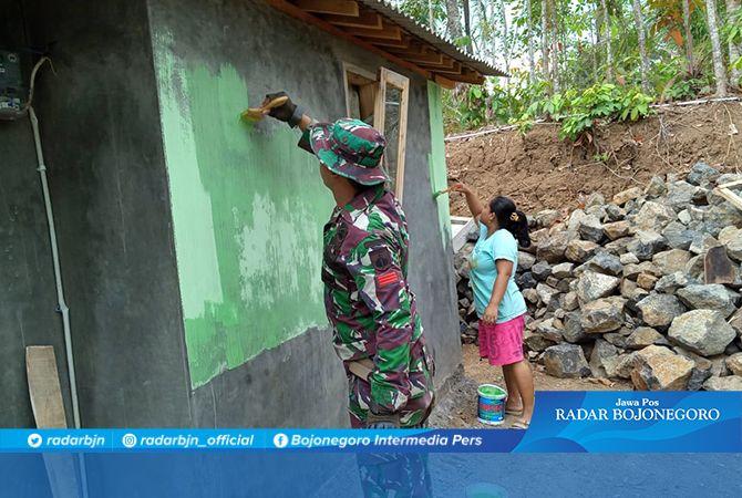 Yanti Ditemani Prada Rino Yanti, Mengecat Rumahnya