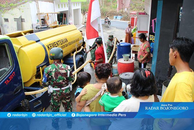 Warga Dusun Kalirau Senang, Sambut Kedatangan Mobil Tangki Air Bersih