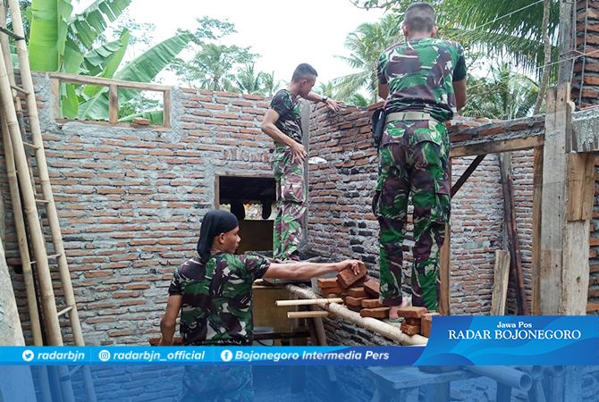Kopda Sapto Layani Tukang Batu di Pekerjaan Rehab RTLH Lokasi TMMD 106