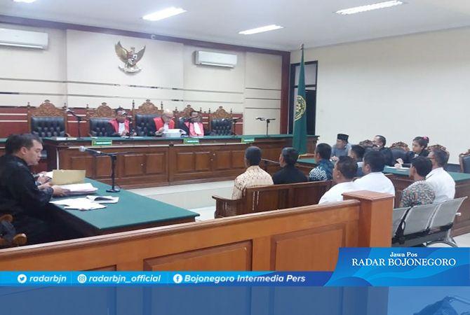 DATANGI SAKSI: Soeyono Hadi menjalani sidang di PN Tipikor Surabaya.