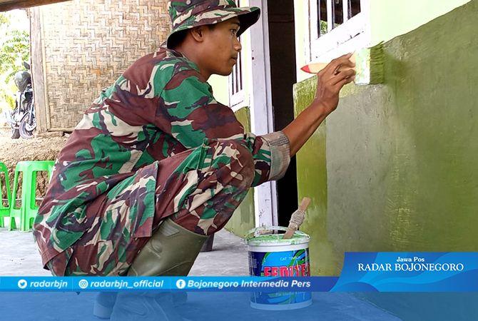 Rumah Ratiwan Mulai di Cat Hijau oleh Satgas TMMD 106 Kodim Cilacap