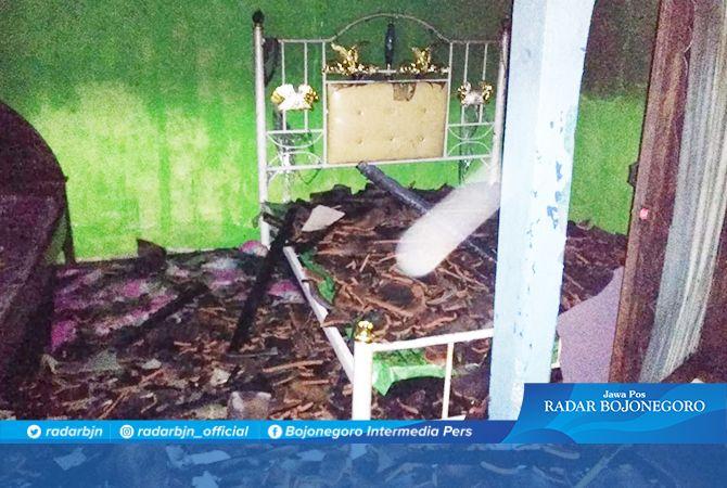 SISA KEBAKARAN: Pecahan genting yang jatuh dari atap akibat terbakar di Desa Guci, Kecamatan Karanggeneng.