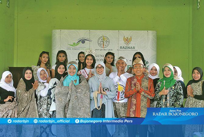 BERDAYAKAN BATIK:  Ketua Baznas Tuban Siti Syarofah (dua dari kanan), Ketua Baznas Provinsi Jatim KH Abdul Salam Nawawi (tiga dari kanan), dan Komisioner Baznas Nana Mintarti (lima dari kiri) bersama model yang memeragakan batik.