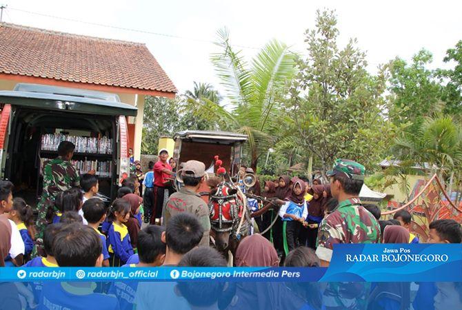 Anak-Anak SDN 02 Cilibang Serbu Delman Perpustakaan Keliling