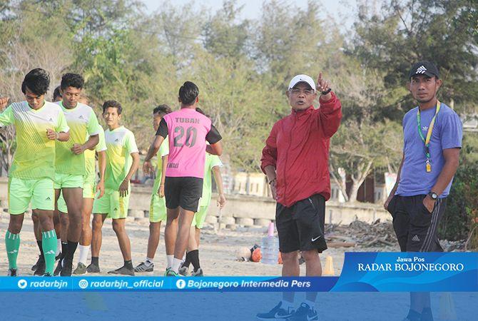 TANPA PELATIH KEPALA: Sulkan Arif dan Ainur Rofiq saat memimpin latihan tim Bumi Wali FC kemarin (25/10).