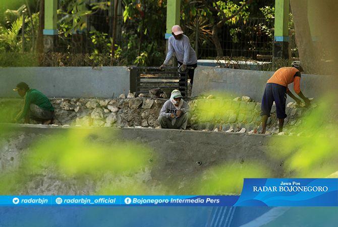 TELAN SETENGAH MILIAR RUPIAH: Pengerjaan plengsengan di sisi barat Telaga Bandung.