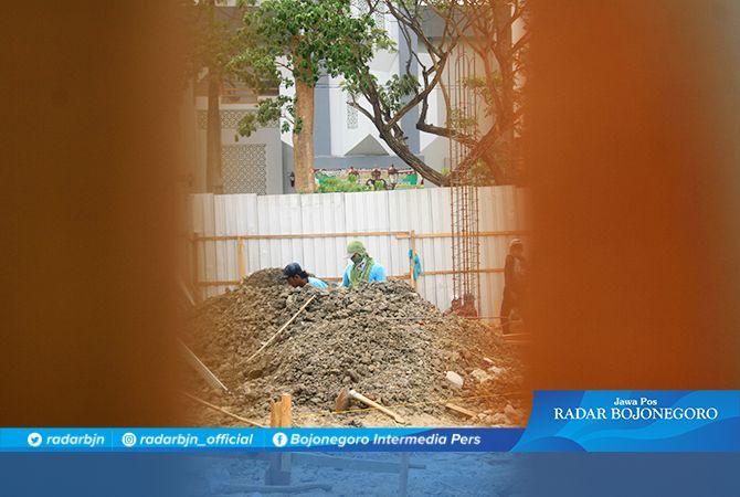 DIKEBUT: Para pekerja sedang ngebut membuat pondasi untuk penempatan wahana wisata Bianglala di Alun-Alun Lamongan.