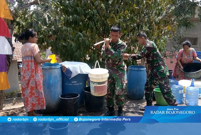 Membantu Warga Bentuk Wujud Kemanungalan TNI pada Rakyat