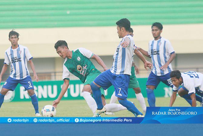 TUMBANG DI KANDANG: Striker BWFC, Akhmad Dedy Mustofa dikepung beberapa pemain Putra Sinar Giri dalam matchday terakhir Liga 3 Grup A di Stadion Bumi Wali, kemarin (27/10).