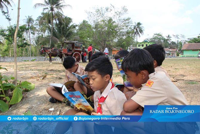 Rizki Tampak Asik Sedang Membaca Buku Dari Perpus Kodim 0703 Cilacap