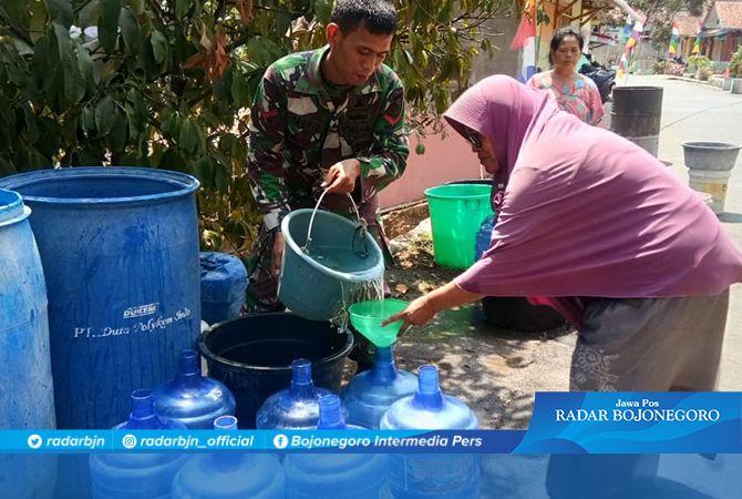 Yuliatin Sampai harus Bawa Tujuh Galon Air untuk Dapatkan Air Bersih