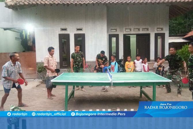 Bambang Kalahkan Anggota Satgas TMMD Dalam Bermain Tenis Meja