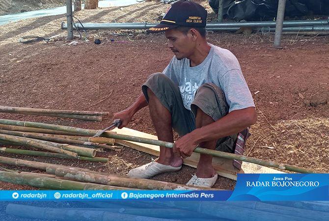 Buat Gapura Wisata Krama Cenil, Sawin Bersihkan Bambu