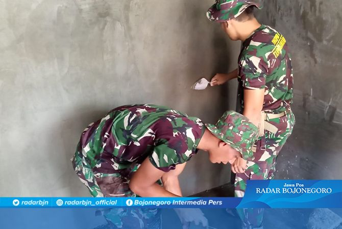 Satgas TMMD Kerjakan Pengacian Tembok Rumah Parmin Penerima RTLH