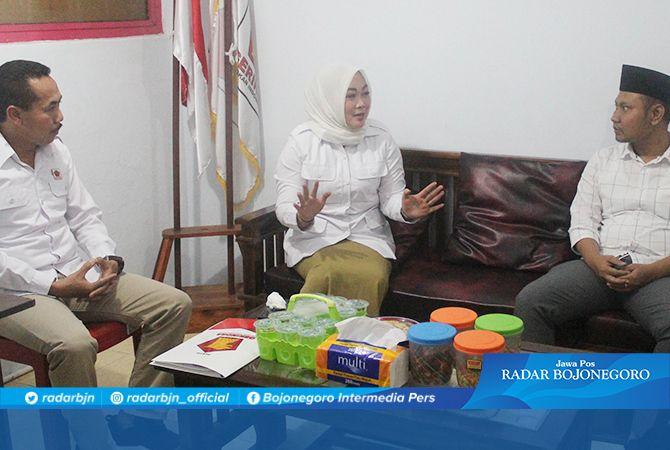 RESMI MENDAFTAR: Ketua DPC Partai Gerindra Tuban Tri Astuti menerima pendaftaran Eko Wahyudi.