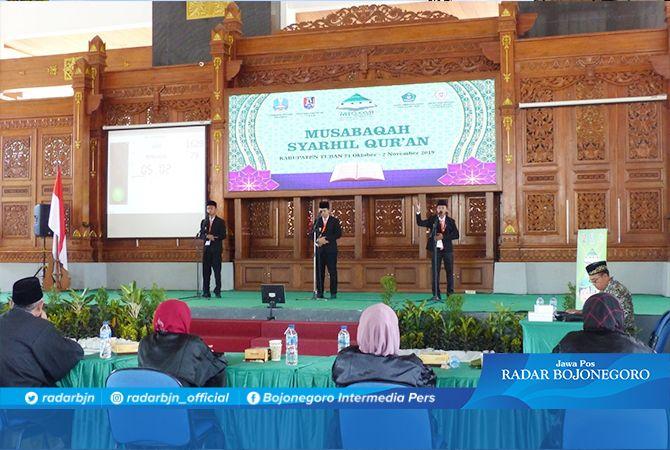 TAMPILKAN YANG TERBAIK: Tiga peserta yang tampil pada cabang musabaqah syarhil Quran di Pendapa Krido Manunggal Tuban kemarin (29/10).